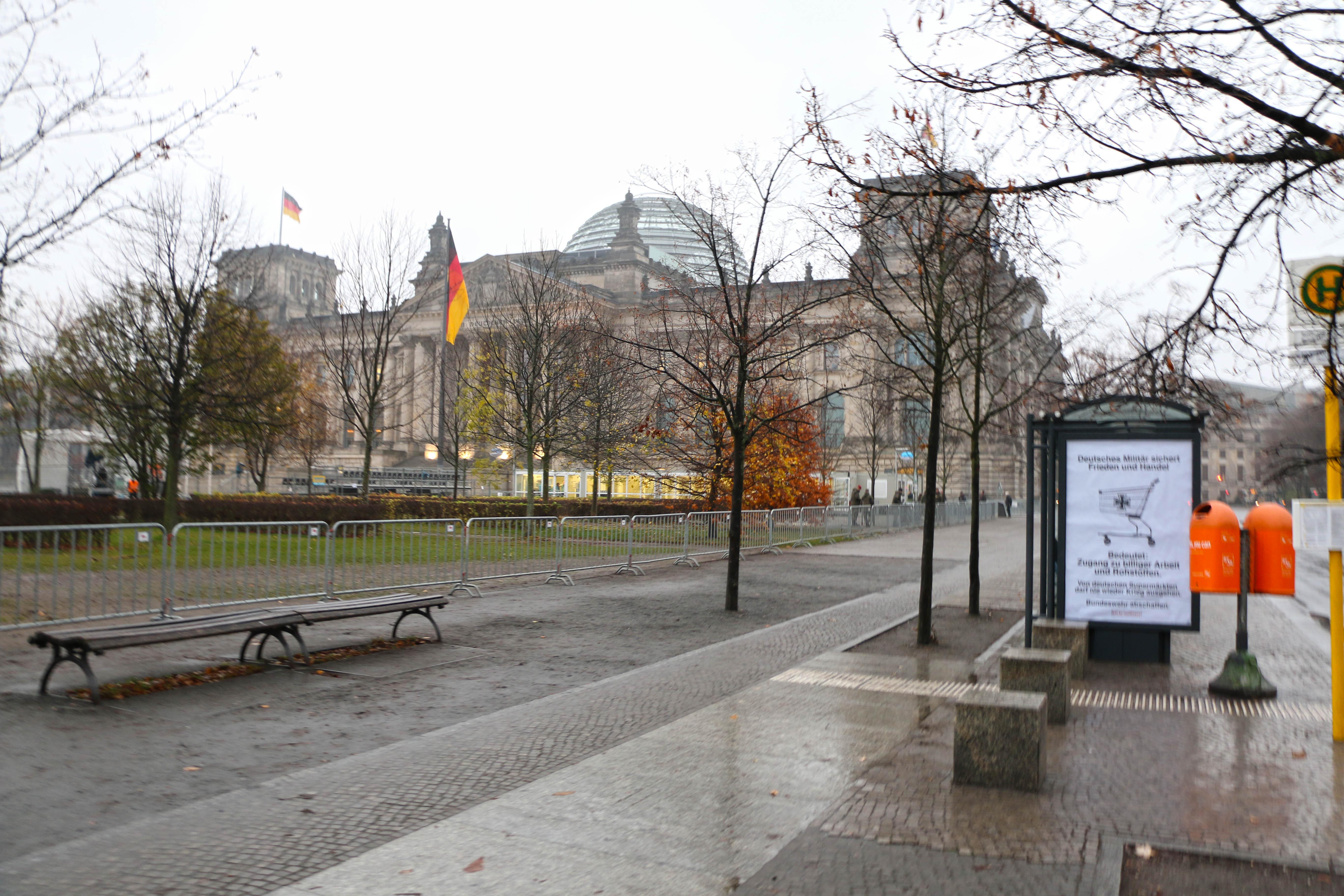 Adbusting gegen den Zapfenstreich vor dem Reichstag in Berlin