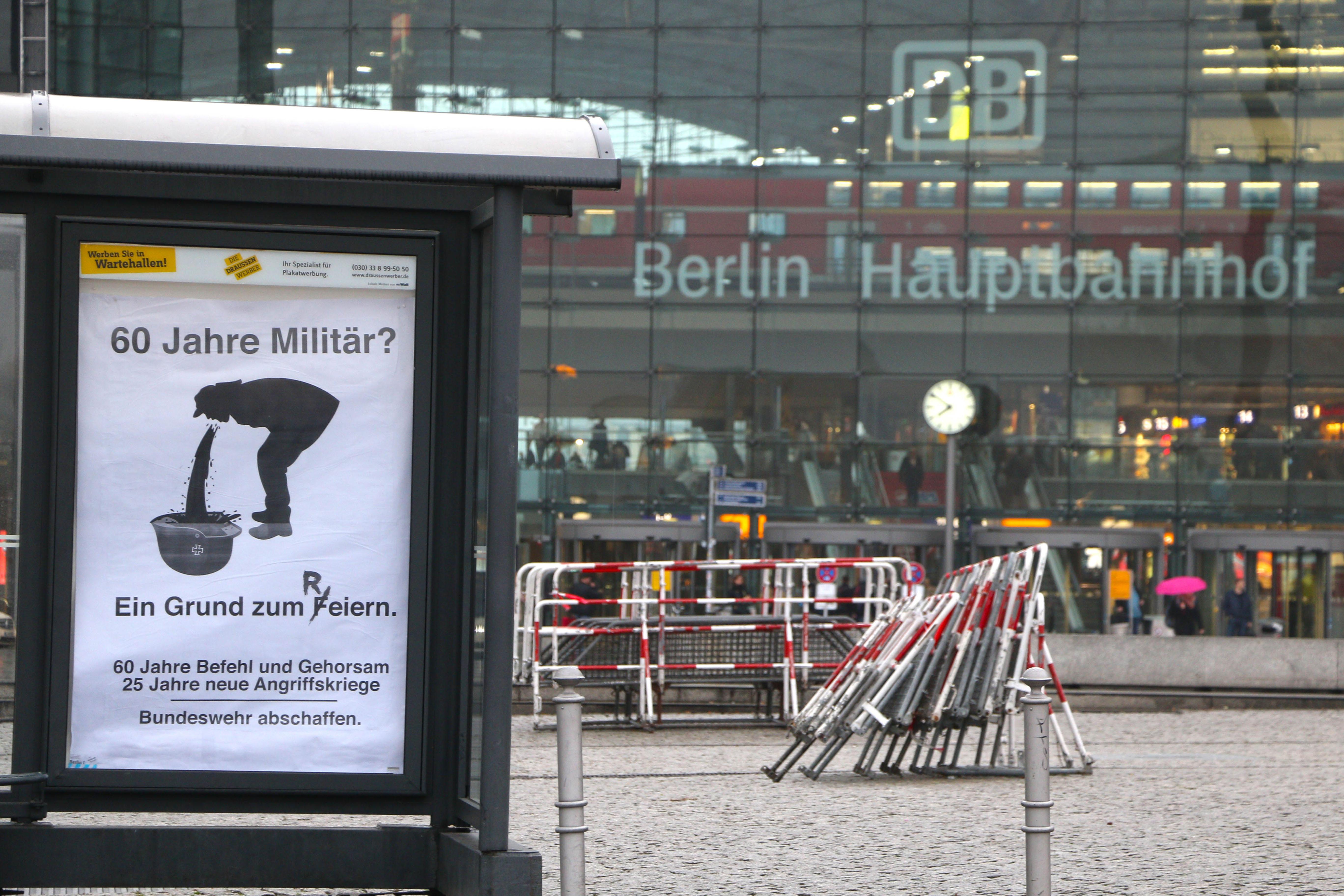 Bundeswehr-Adbusting vor dem Berliner Hauptbahnhof