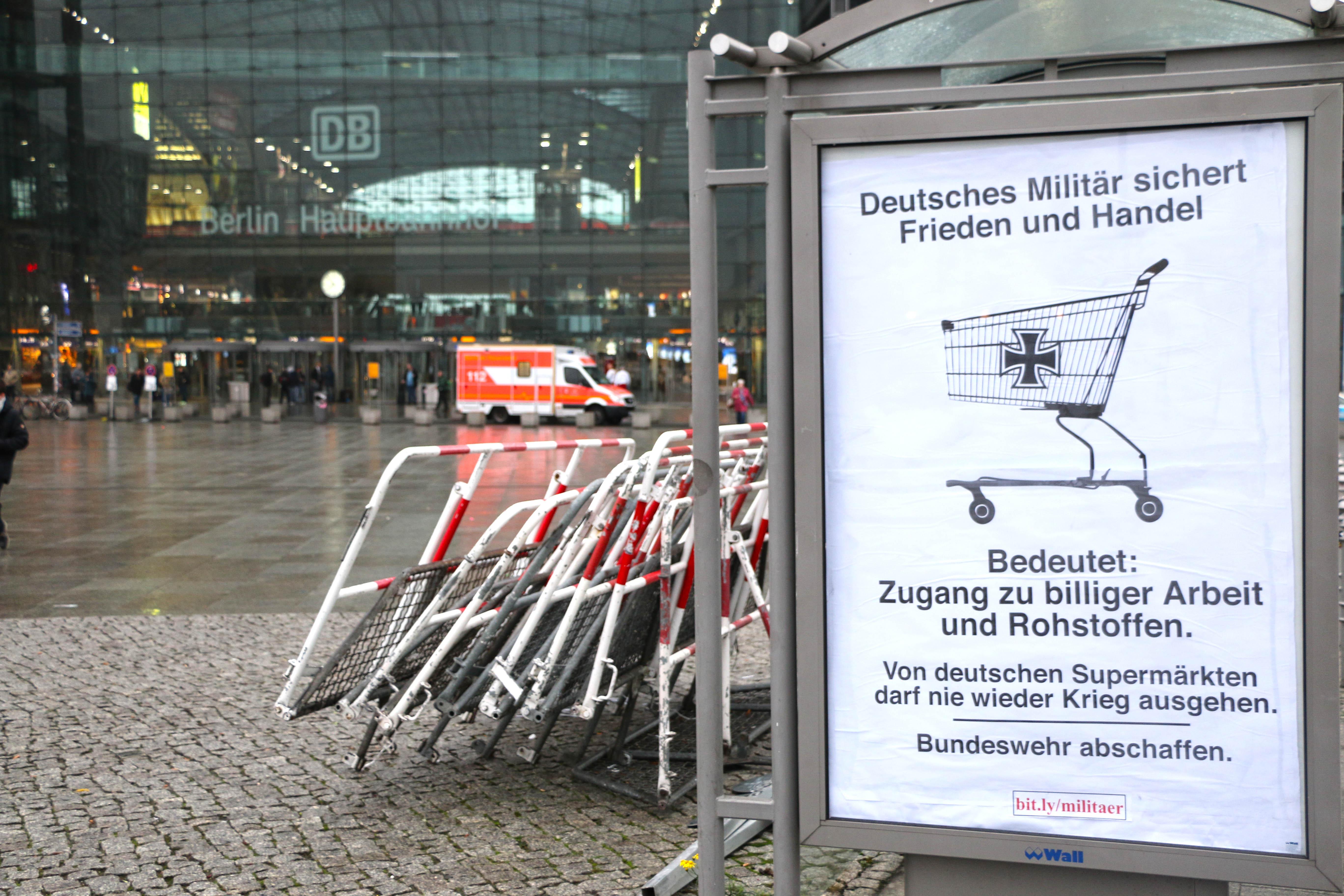 Bundeswehr-Adbusting am Berliner Hbf