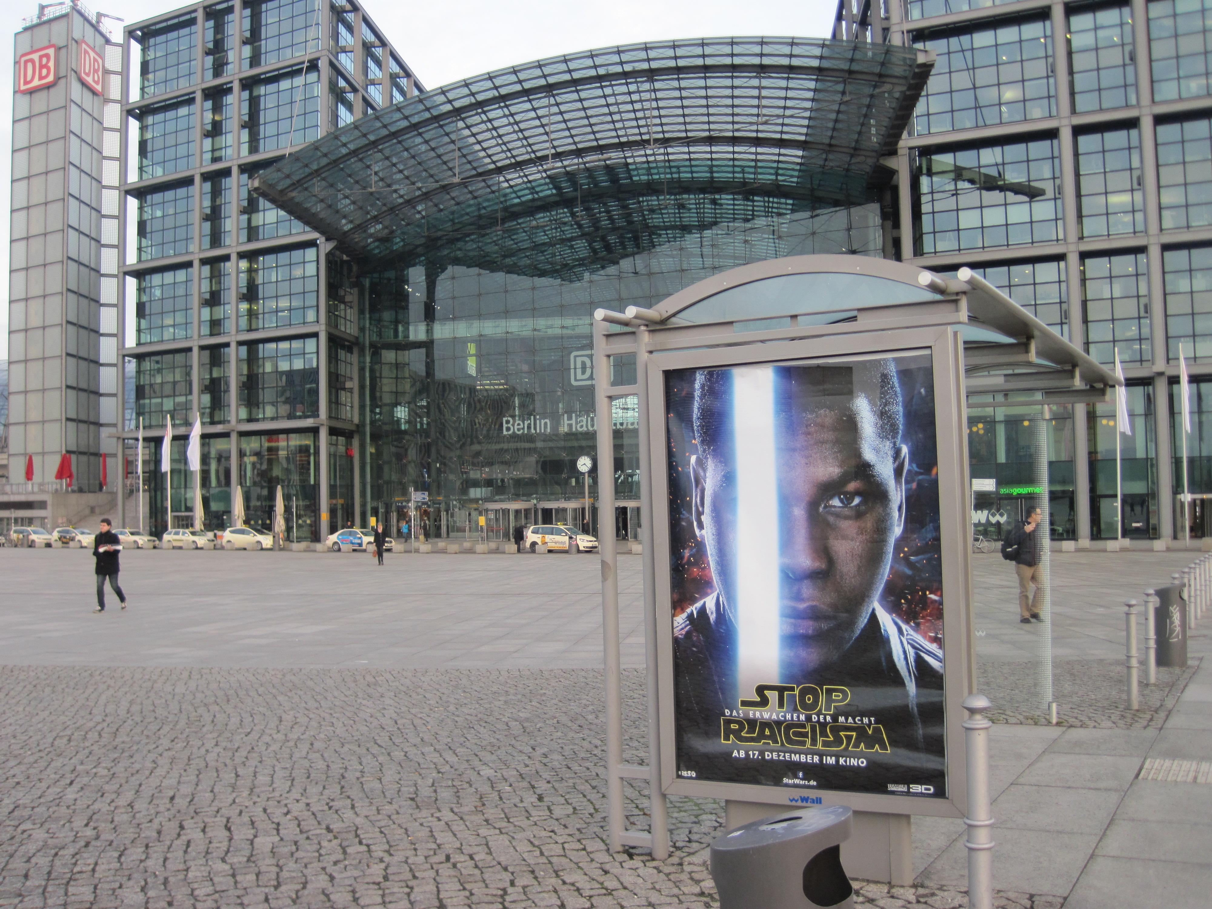 Stop Rascism statt Star Wars am Berliner HBF