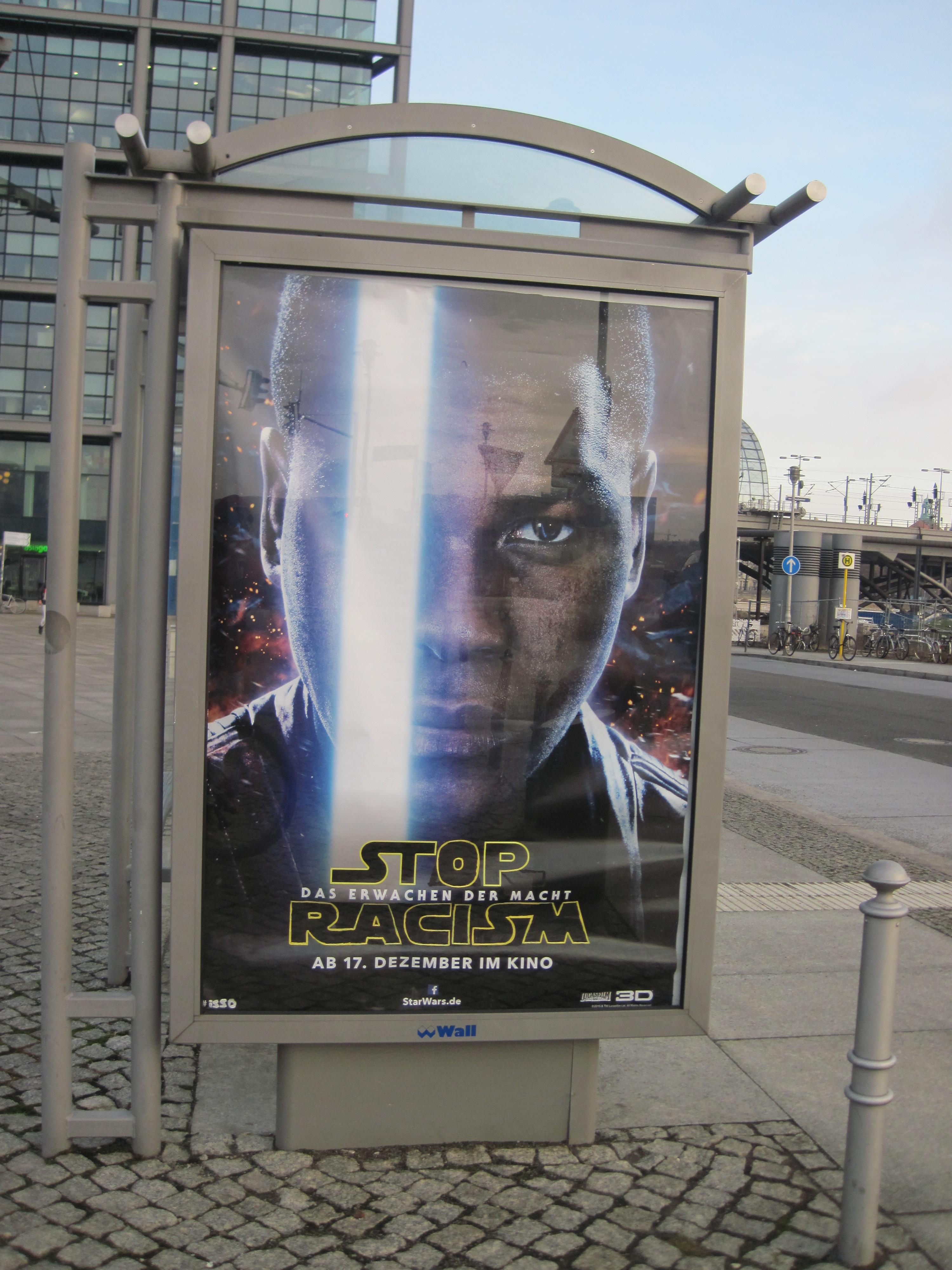 Stop Rascism-Adbusting statt Star Wars am Berliner HBF