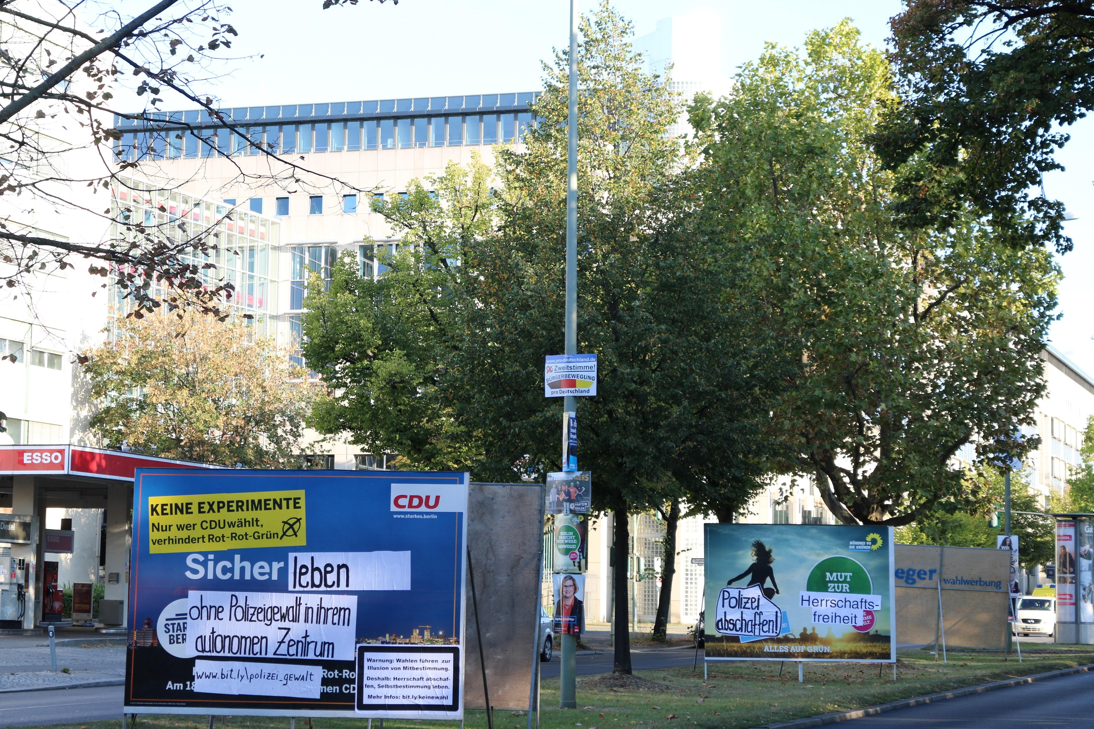 Adbustings vor dem Sitz der Berliner Polizeipräsident*in