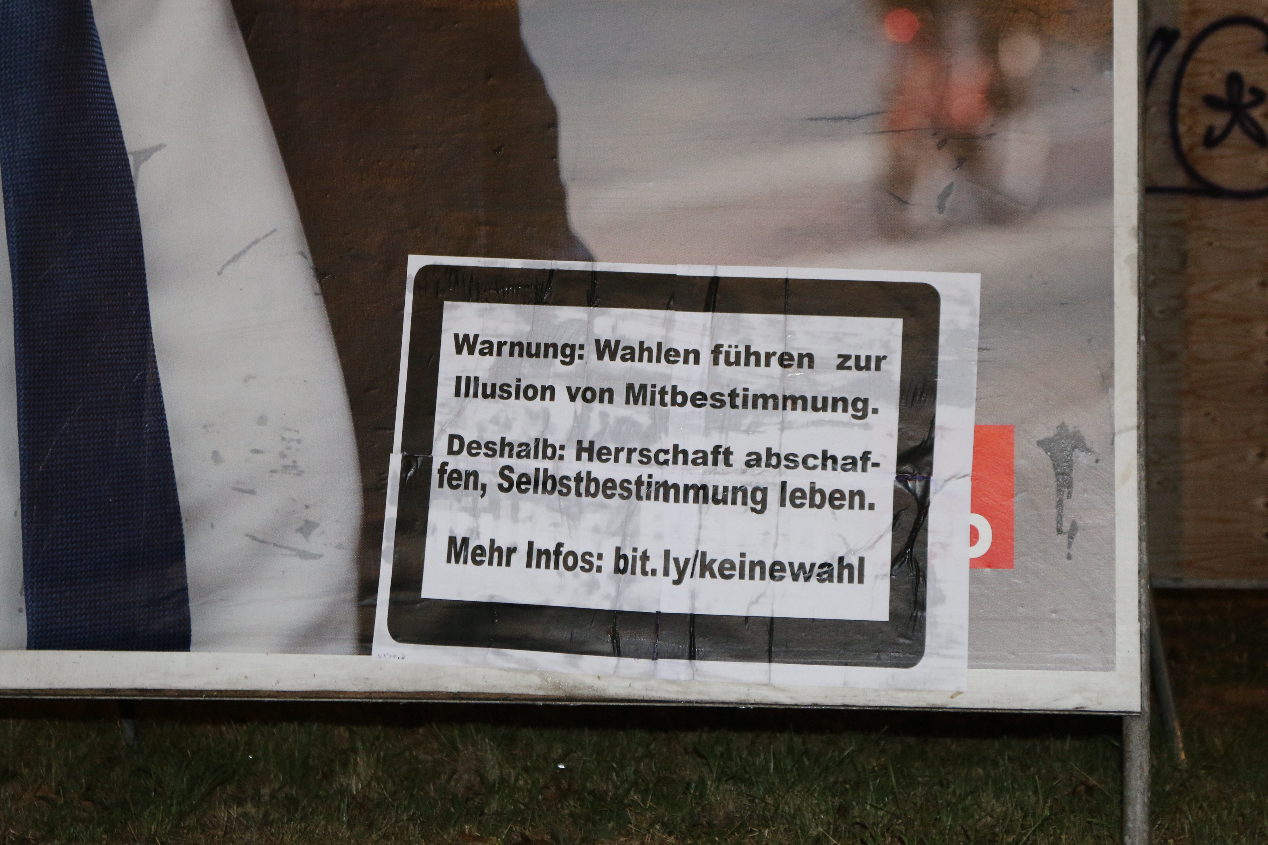 Plakatstörer*in in Warnhinweis-Form