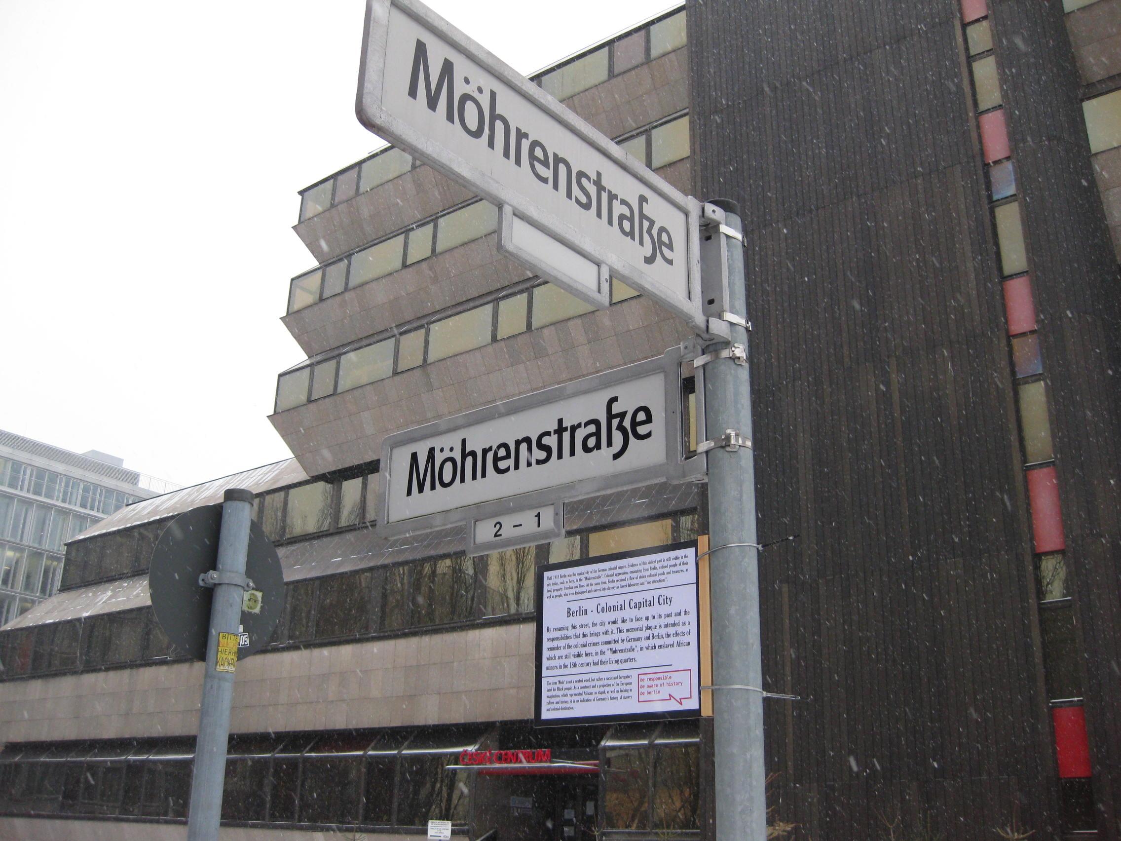 Verändertes Straßenschild in der M-Street 2014