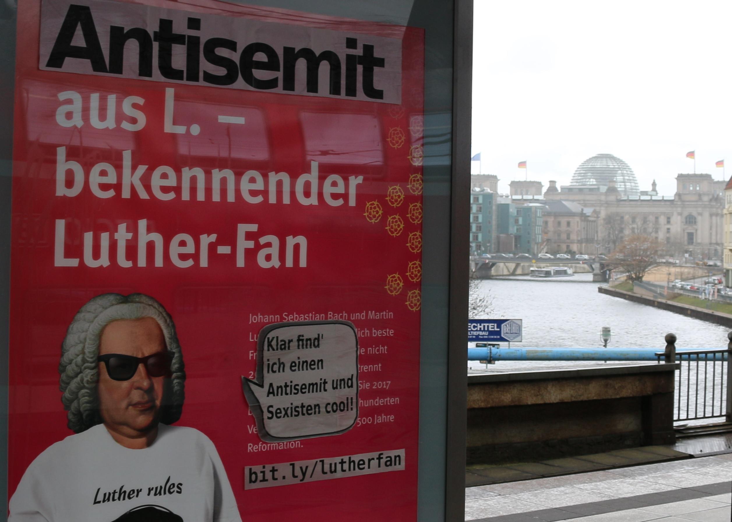 Bach/Luther-Adbusting am Bahnhof-Friedrichstraße