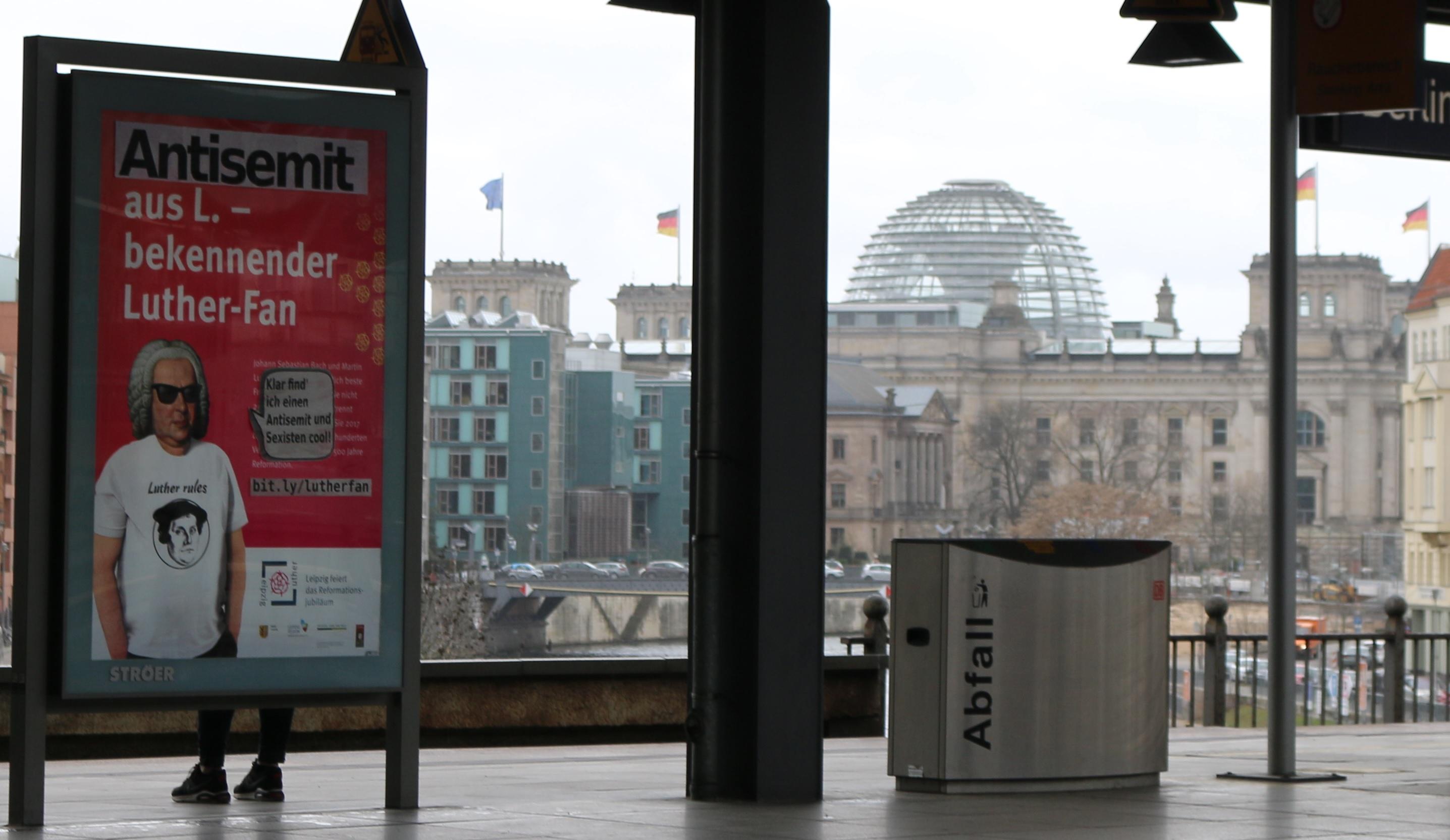 Adbusting gegen Antisemitsimus vorm Bundestag