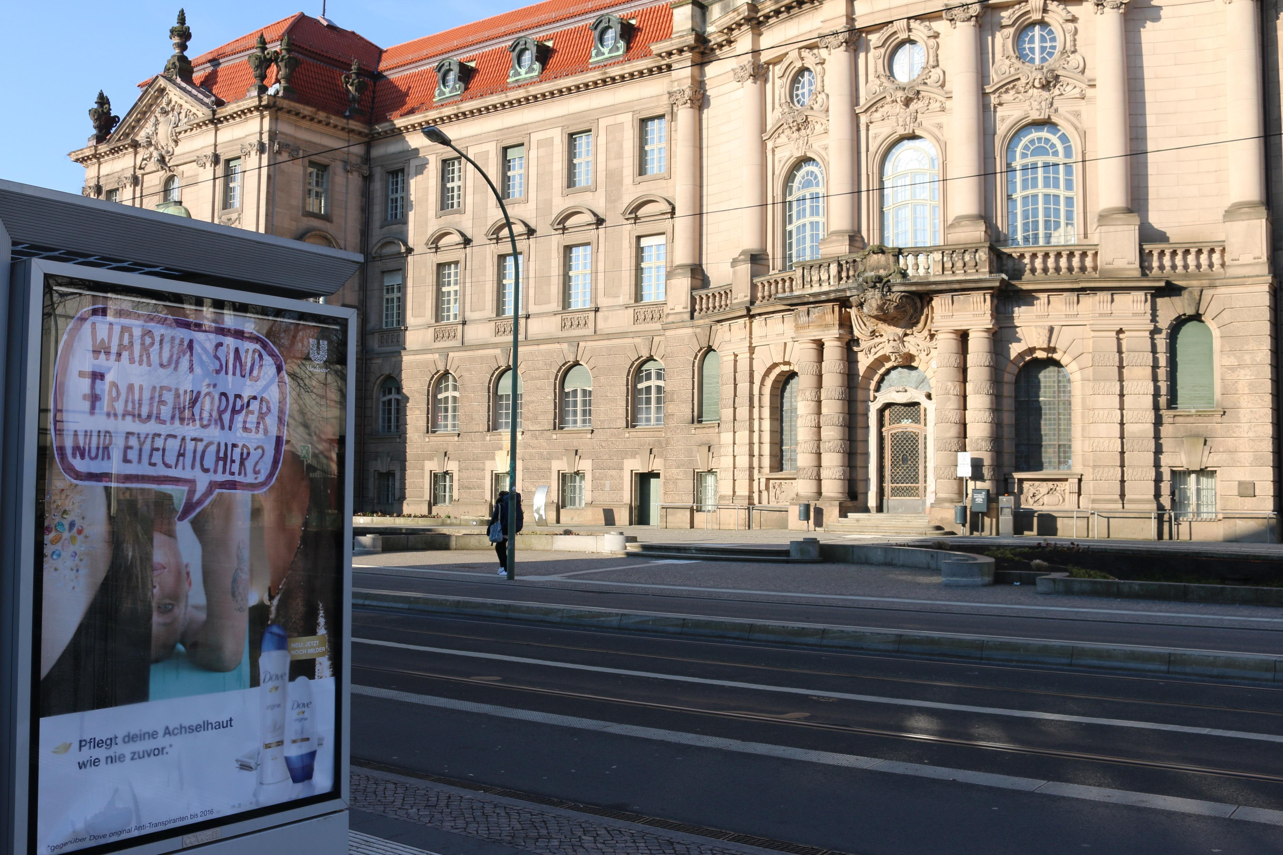 Adbusting gegen sexistische Werbung vorm Potsdamer Rathaus