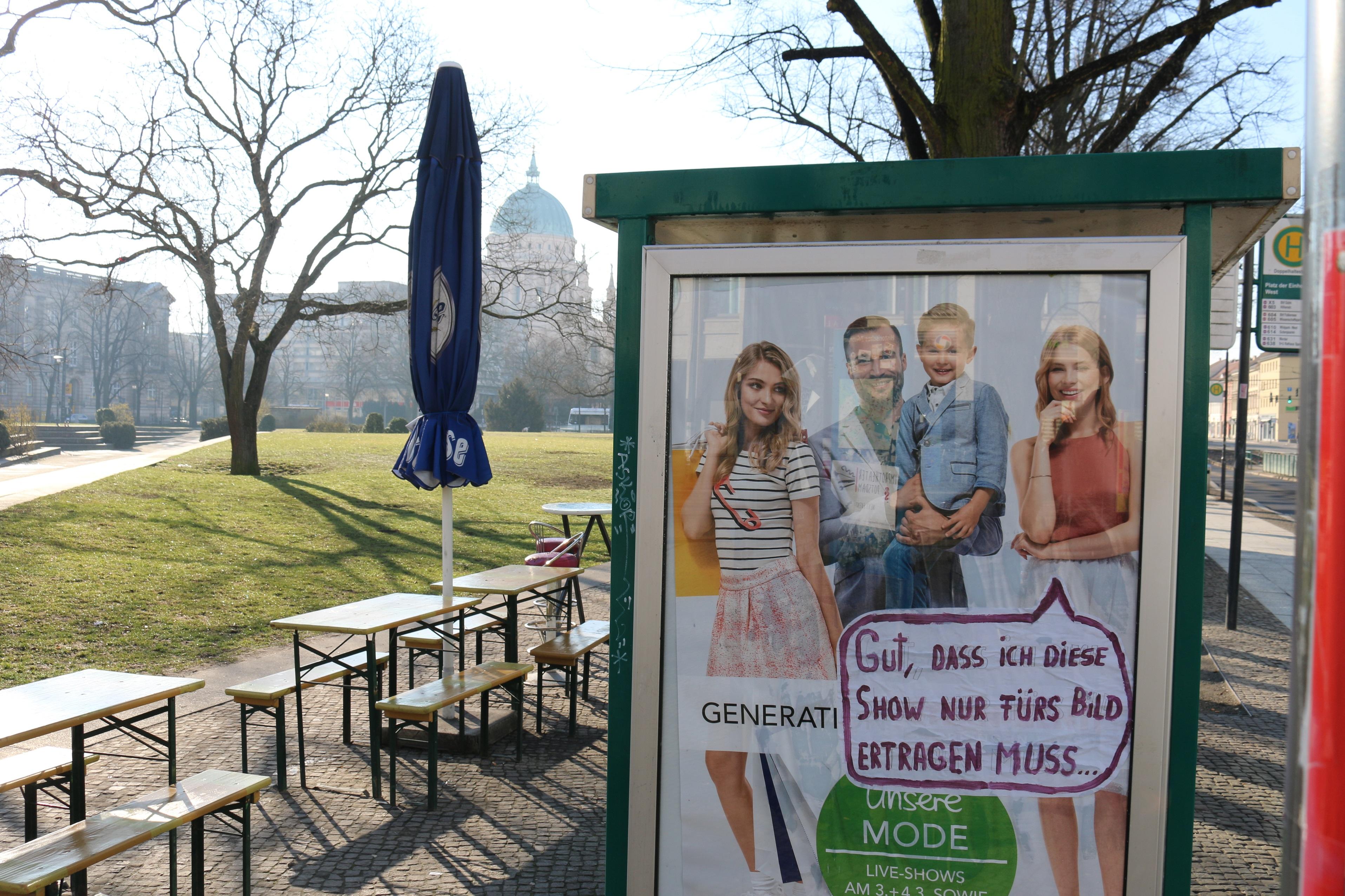 Adbusting zu Sexismus am Potsdamer Platz der Einheit
