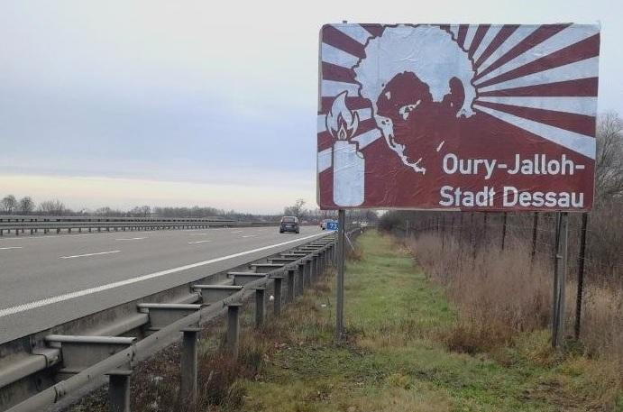 Kommunikationsguerilla an der Autobahn: Adbusting am Tourismus-Wegweiser