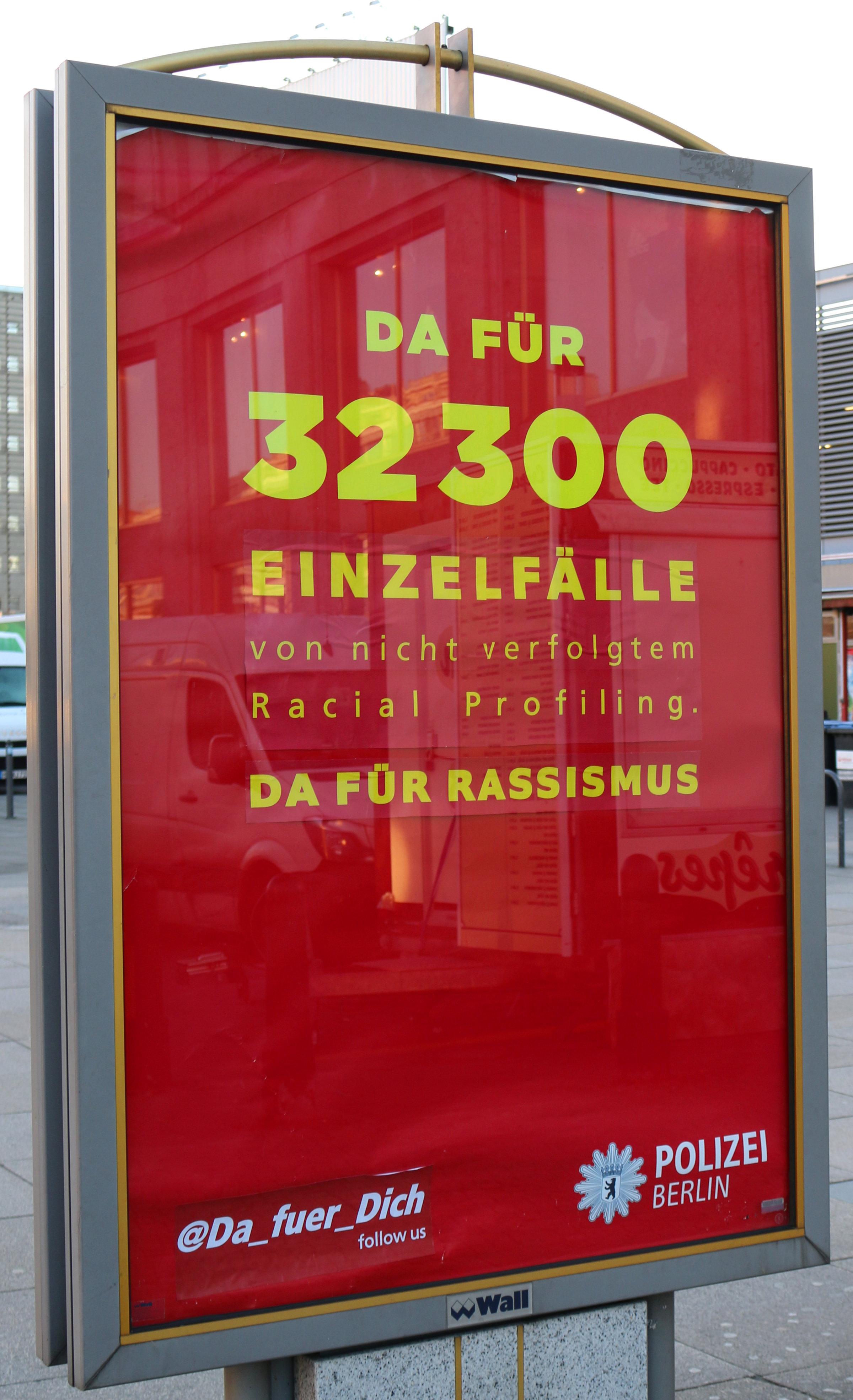 Adbusting gegen Rassismus bei der Polizei am Alex