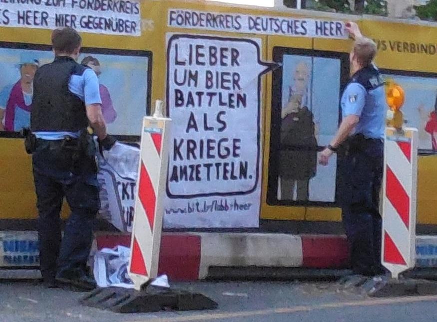 Polizisten am Adbusting zum Förderkreis Deutsches Heer