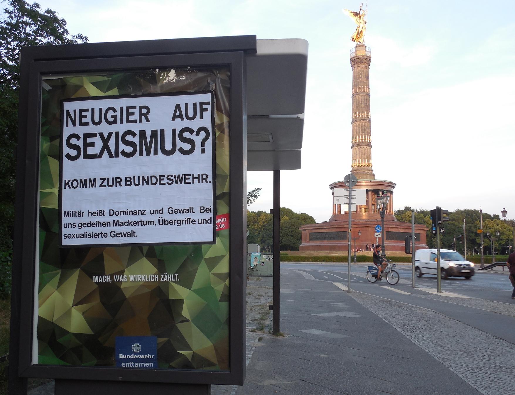 Bundeswehr-Adbusting vor der Siegessäule in Berlin
