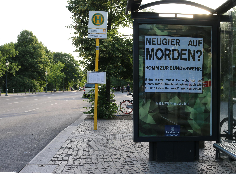 Bundeswehr-Adbusting am Bundestag