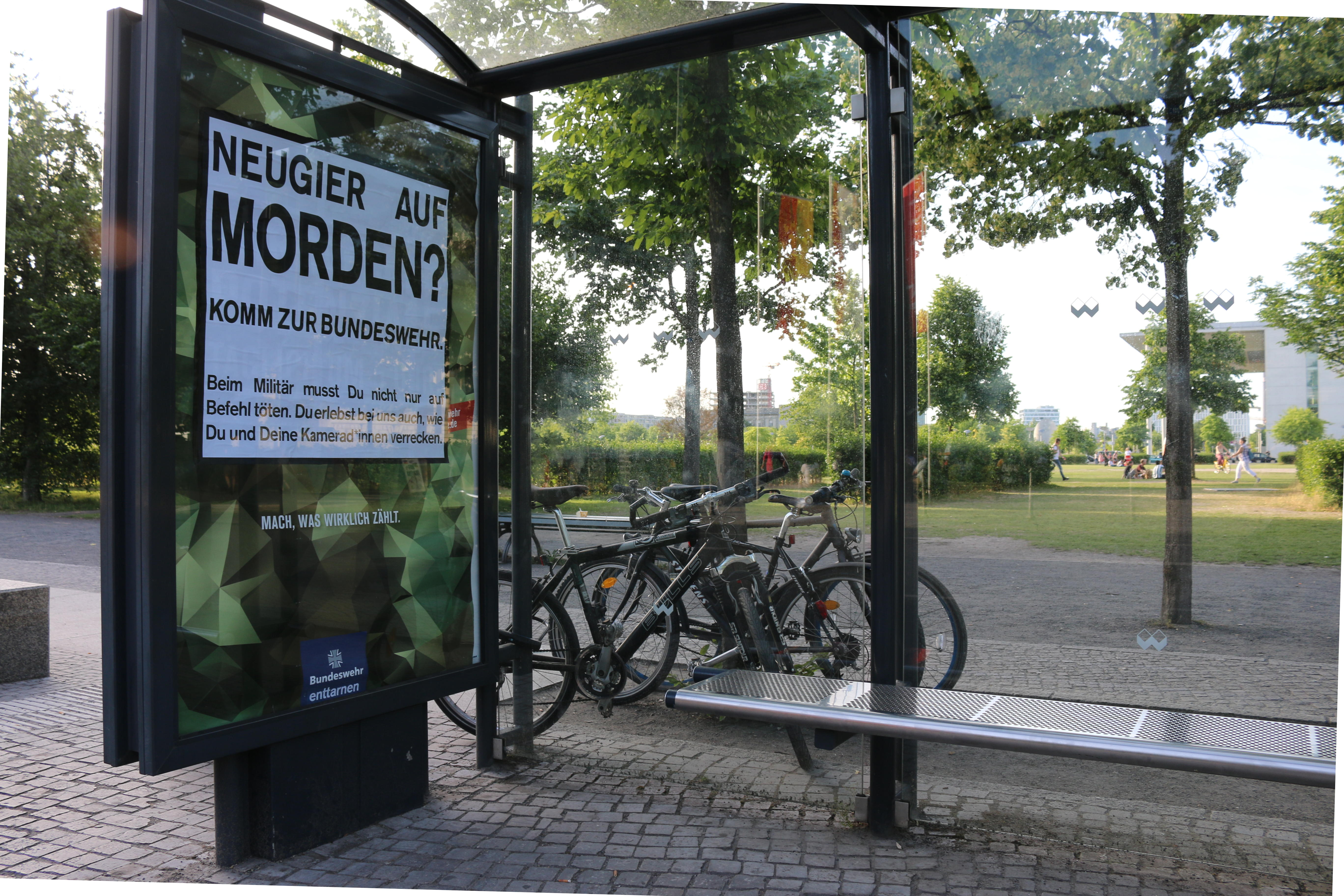 Bundeswehr-Adbusting an der Reichstagswiese