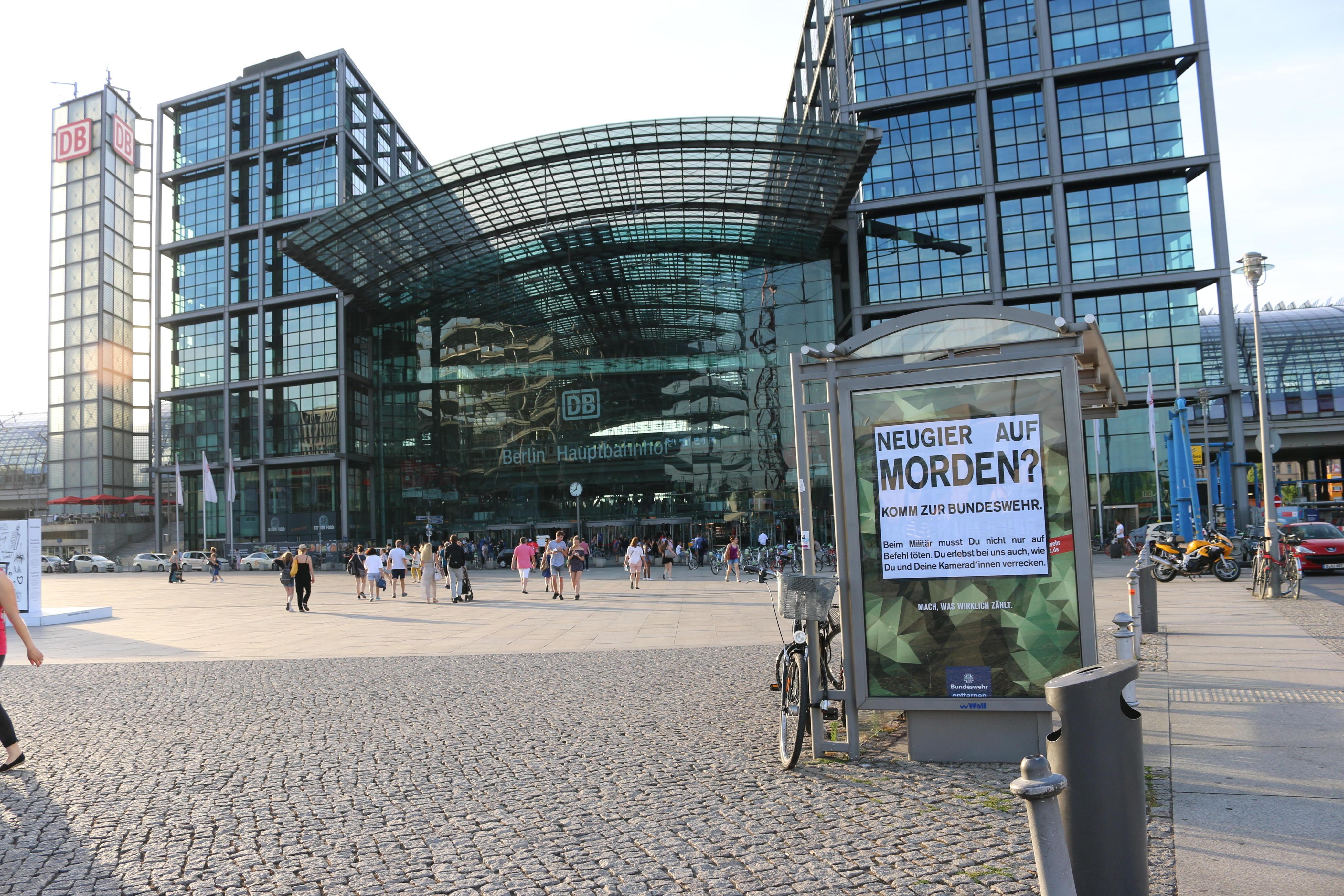 Bundeswehr-Adbusting am Hauptbahnhof Berlin
