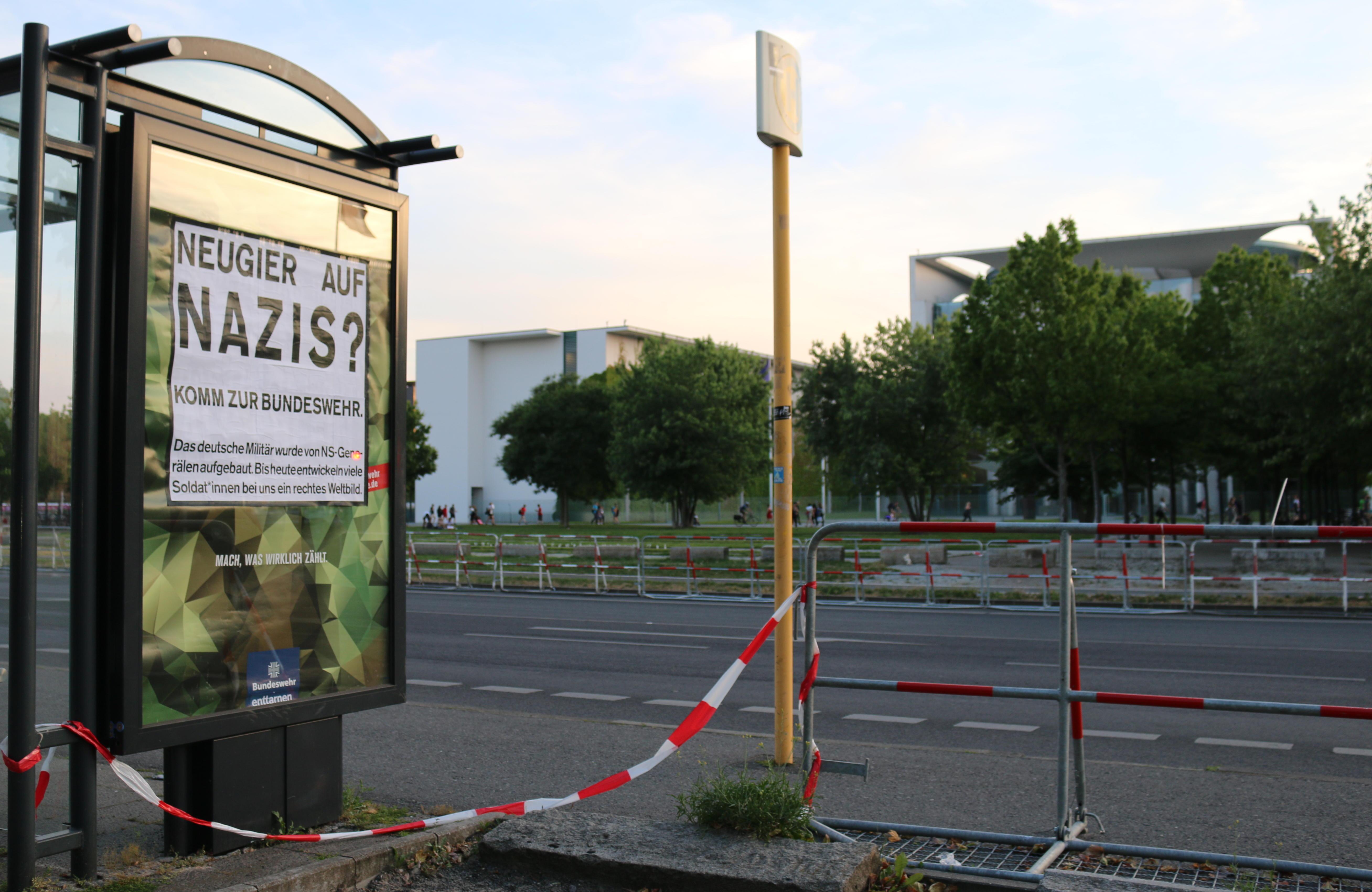 Bundeswehr-Adbusting vor dem Kanzleramt in Berlin
