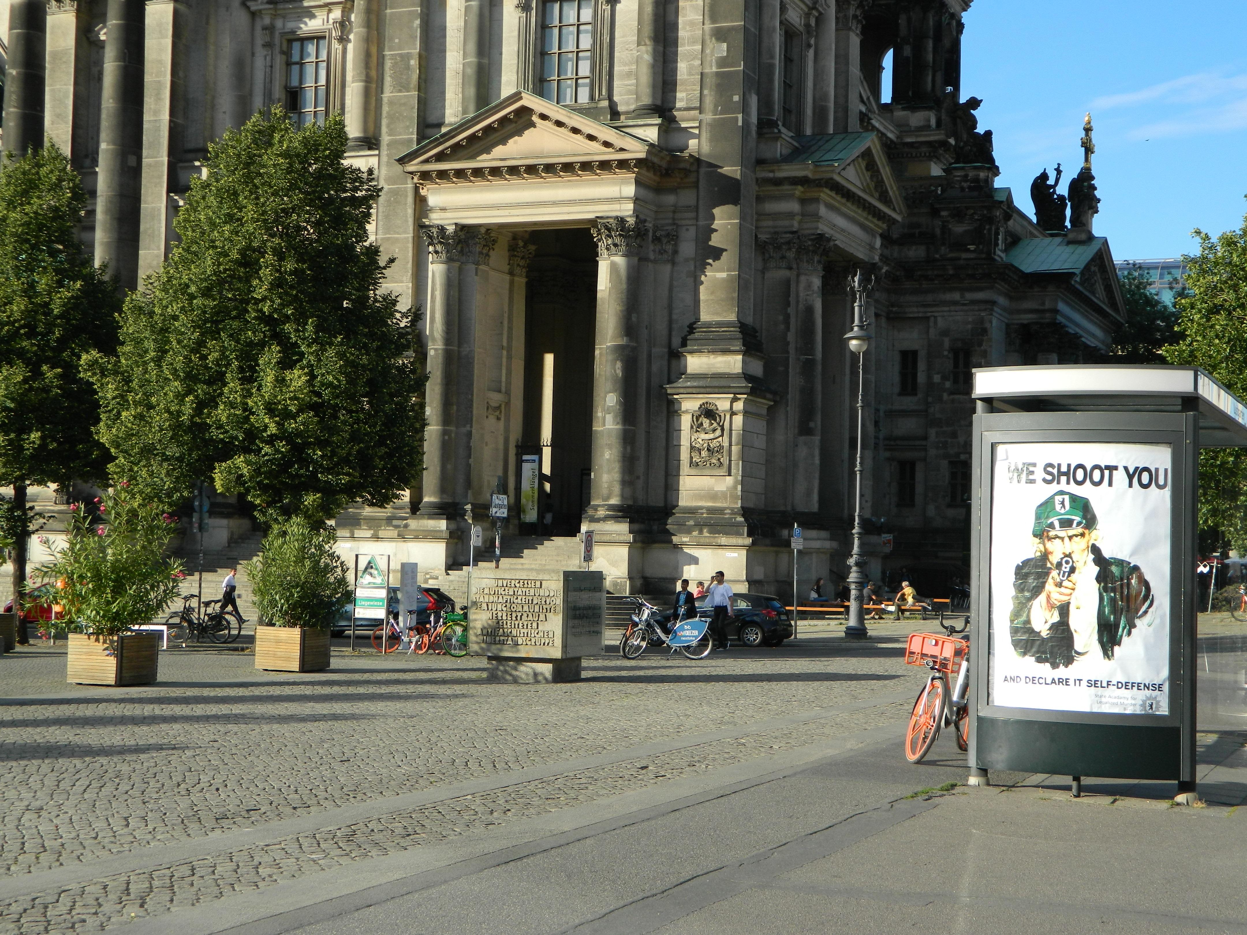 Adbusting gegen Polizeigewalt am Berliner Dom