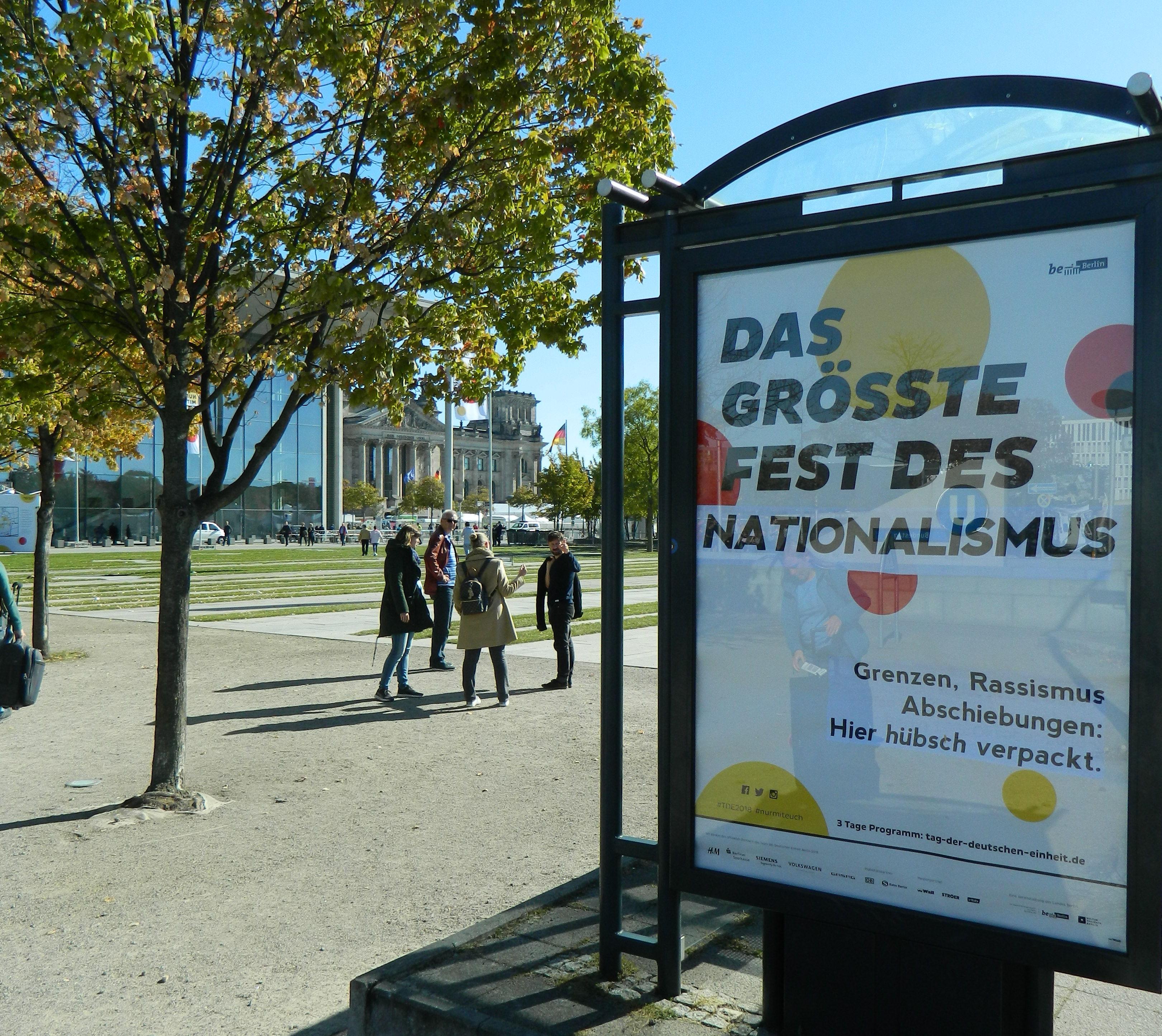 Adbusting gegen die Einheitsfeier am Bundestag