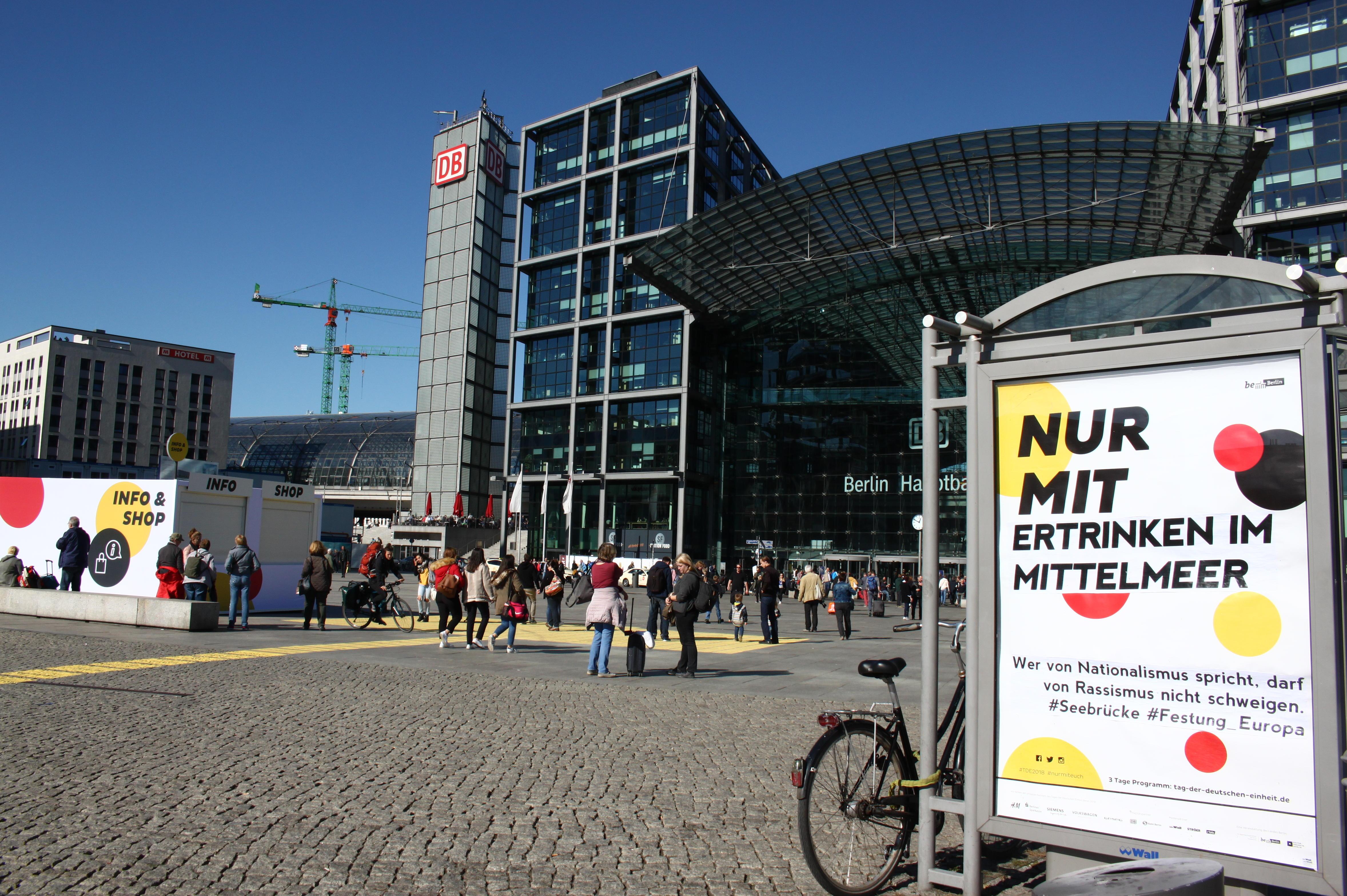 Adbusting gegen die Einheitsfeier am HBF Berlin