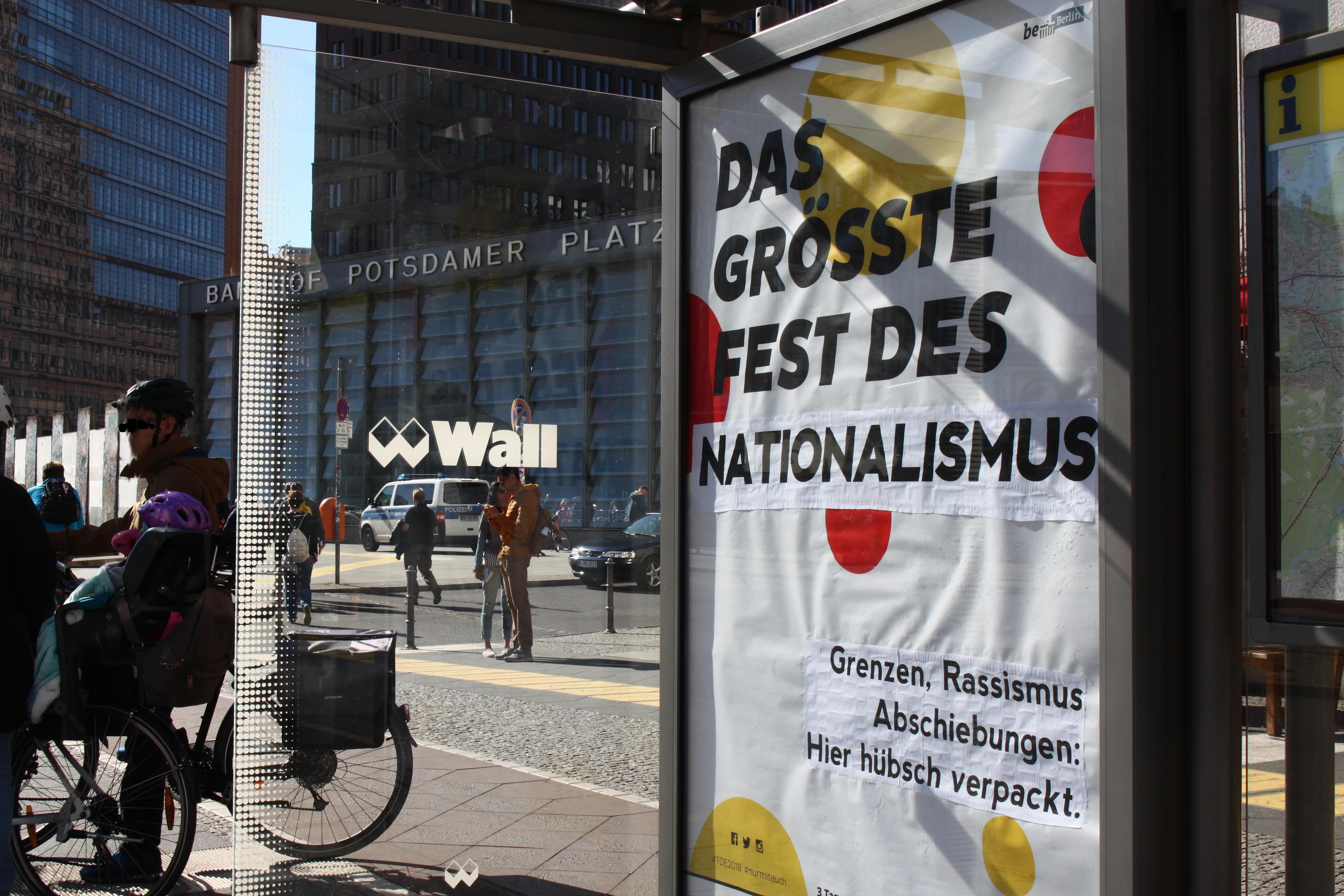 Adbusting am Potsdamer Platz gegen die Einheitsfeier