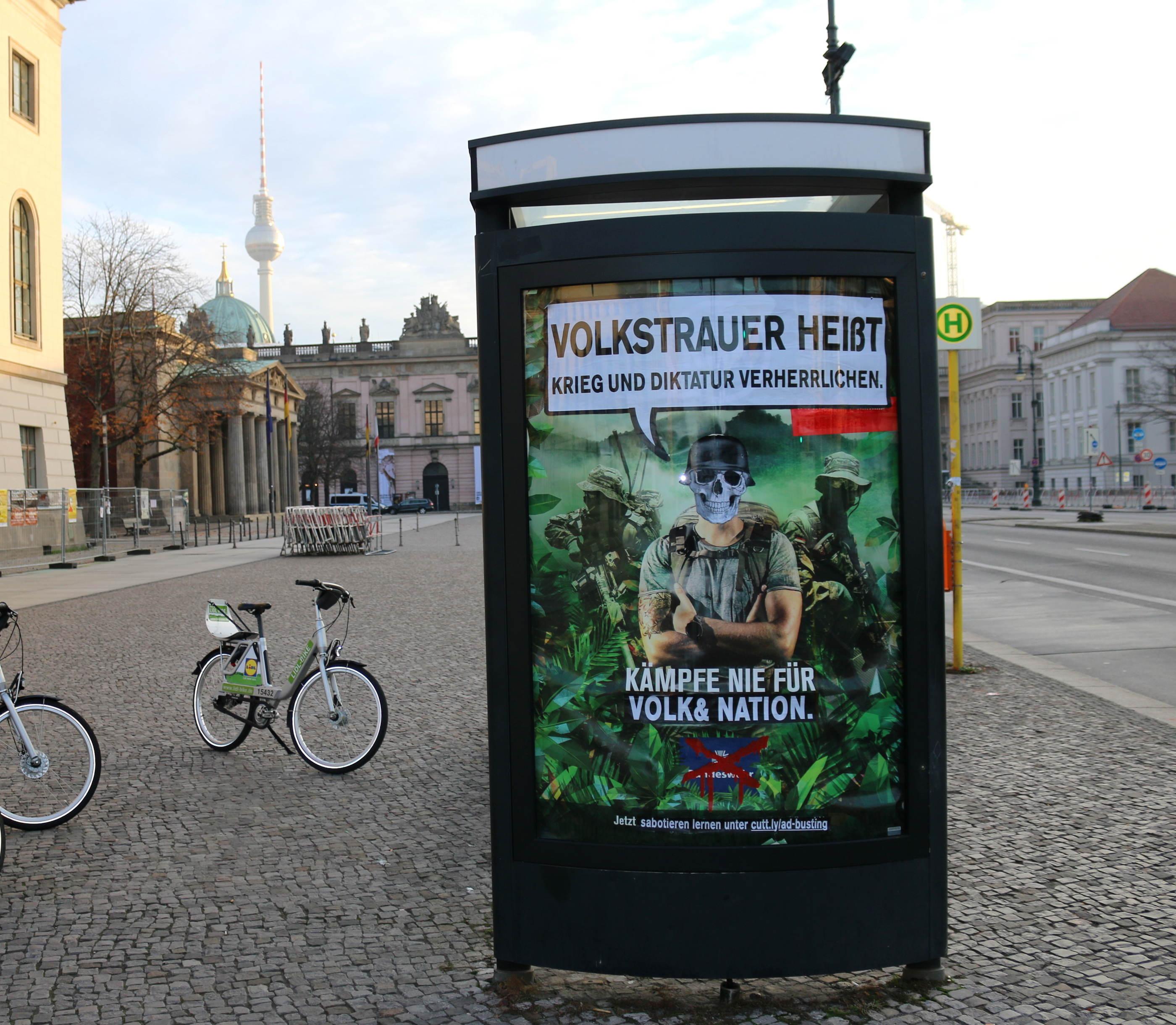 Bundeswehr-Adbusting gegen den Volkstrauertag zwischen Neuer Wache und Humboldt-Uni