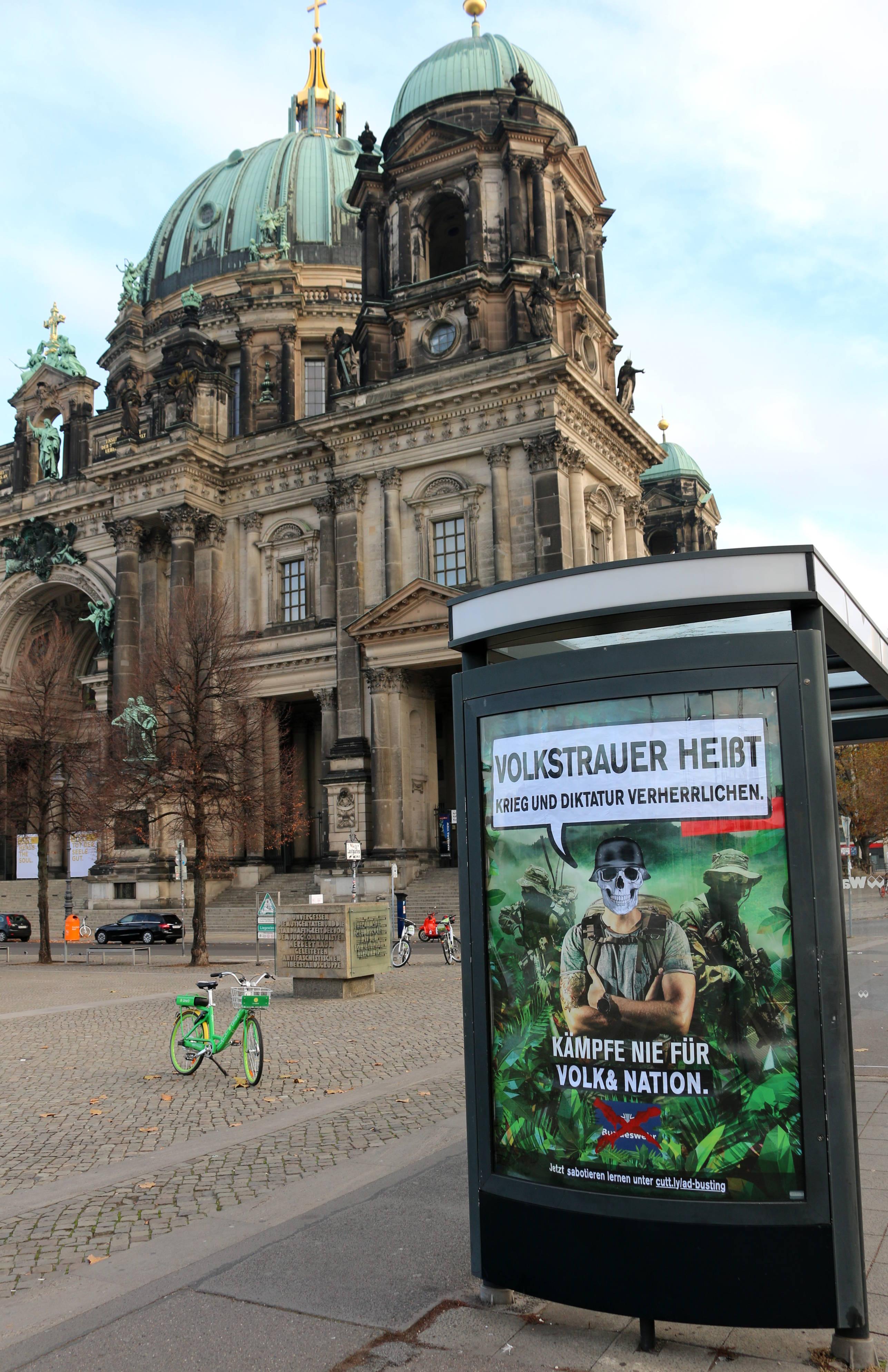 Bundeswehr-Adbusting zum Volkstrauertag am Berliner Dom